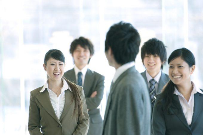 談笑をするビジネスマンとビジネスウーマン